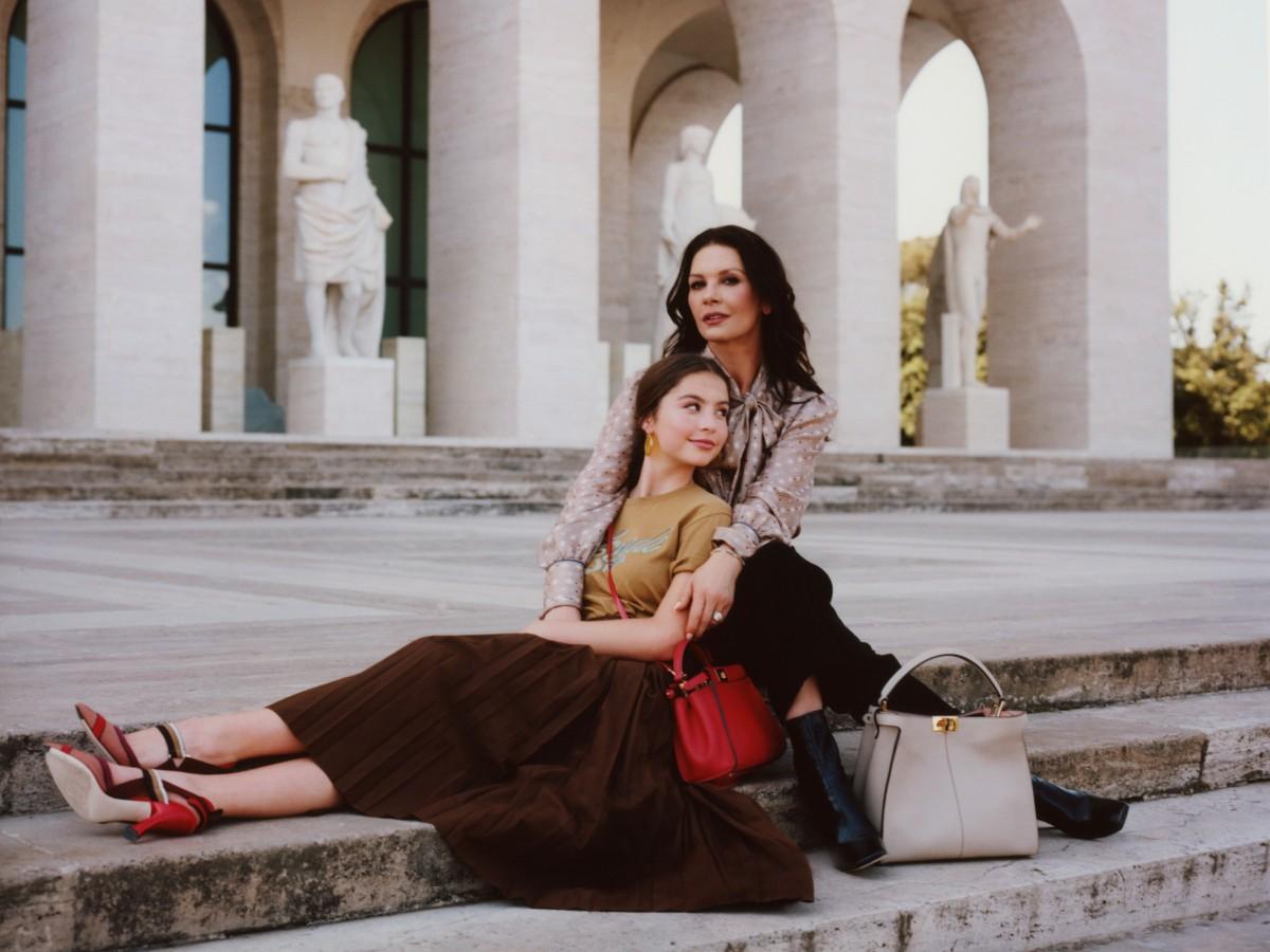 Catherine Zeta Jones schittert samen met dochter in Fendi-campagne