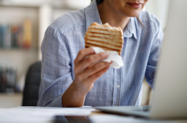 eten achter bureau